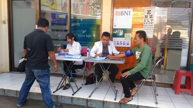 Meja pemeriksaan kesehatan SIM Keliling